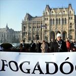 """""""Új helyzet van hétfő óta"""" - tiltakoznak a civilek a közoktatási törvény ellen"""