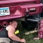 Bulimaxi: Kipufogócsőbe szorult egy nő feje – videó