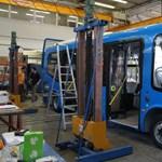 A matuzsálemek maradnak, kétéves elektromos buszt viszont leselejtez a BKV