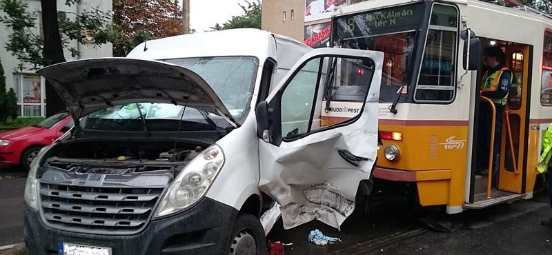 Fotó: Ripityára tört a 18-as villamossal ütköző kisteherautó