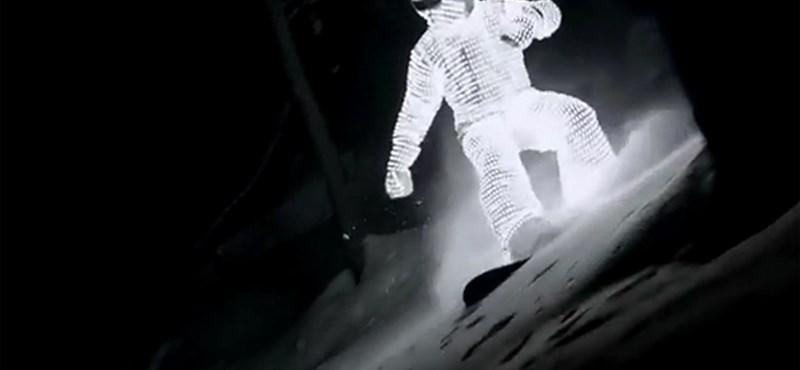 A nap videója: fényszörfös a behavazott éjjeli Alpokban
