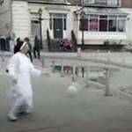Tipikus, mint az ír rendőr és az apáca dekázgatása az utcán