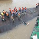 Felállították a Kínában felborult hajót, rengeteg holttestet találtak