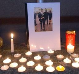 Gyertyák égnek a pécsi áldozat emlékére - Nagyítás