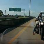 Későn reagált a motoros, nekicsapódott a Ford Focus hátuljának – videó