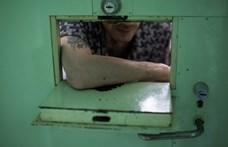 Mobiltelefonért cserébe pénzt ajánlott a börtönőrnek egy rab Szegeden
