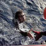 Kilencven menekült fulladhatott vízbe a líbiai partoknál