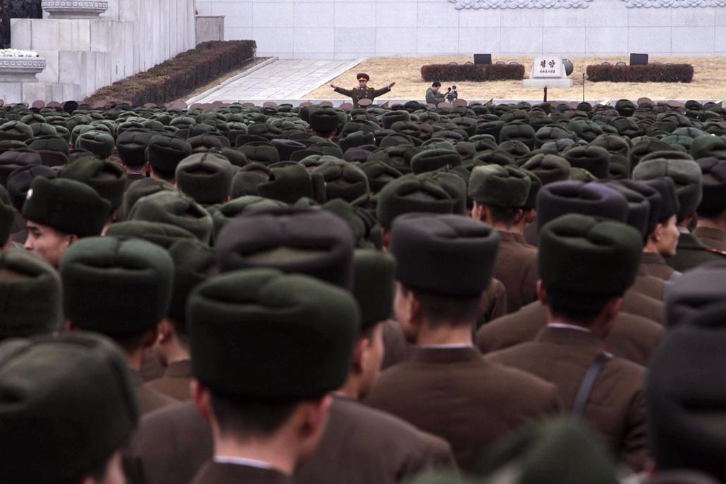 Észak-Korea harmadik kísérleti atomrobbantása, atonák és tisztek a phenjani Kim Ir Szen téren 2013. február 14-én, az ország harmadik kísérleti atomrobbantása alkalmából rendezett ünnepségen.