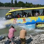 Turista busz a Duna közepén (elképesztő fotók)