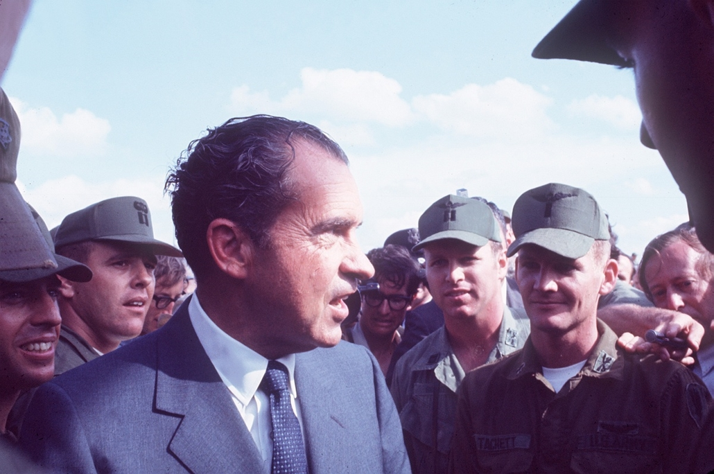 1970.03.01. - Nixon vietnámi látogatásán - meglátogatta a katonákat - katonákat látogatott meg - látogatásán katonázott - katonák játszottak vele - a katonák... na. - Nixonnagyitas