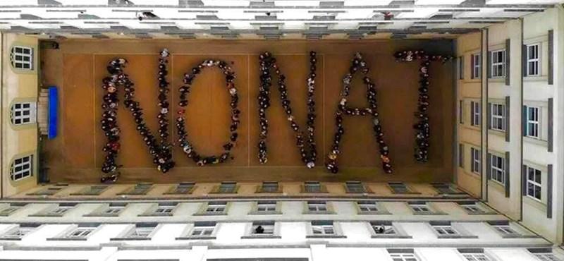 Az Eötvös József Gimnázium élőképpel tiltakozik a Nat bevezetése ellen