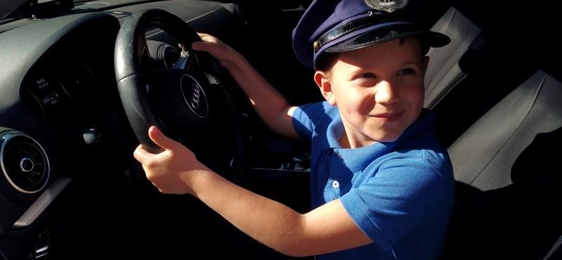 """""""Ez életem legjobb napja"""" - rendőrök váltották valóra egy kisfiú álmát"""