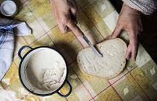 Az idős asszony kent egy zsíros kenyeret a betörőnek