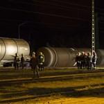 Felborult vasúti tartálykocsikból ömlik a gázolaj Vépen