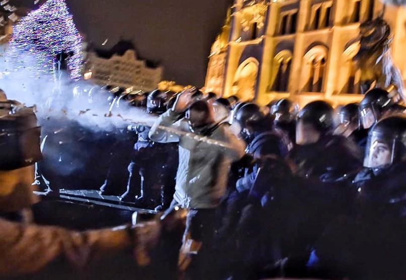 Újra könnygázt használnak a rendőrök a Kossuth téren - percről percre