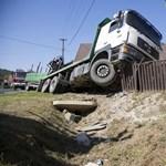 Kamion rohant be egy ház udvarára Pákán - fotók