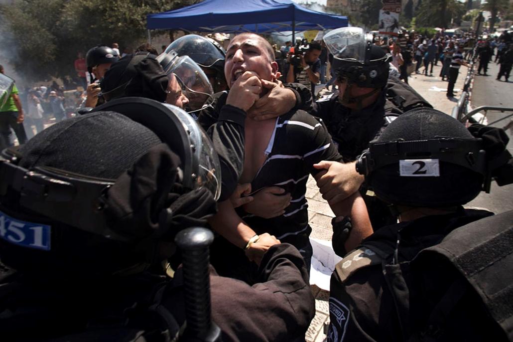 Izraeli rohamrendőrök fognak el egy palesztin demonstárlót , arab világ, tüntetések, mohammed próféta