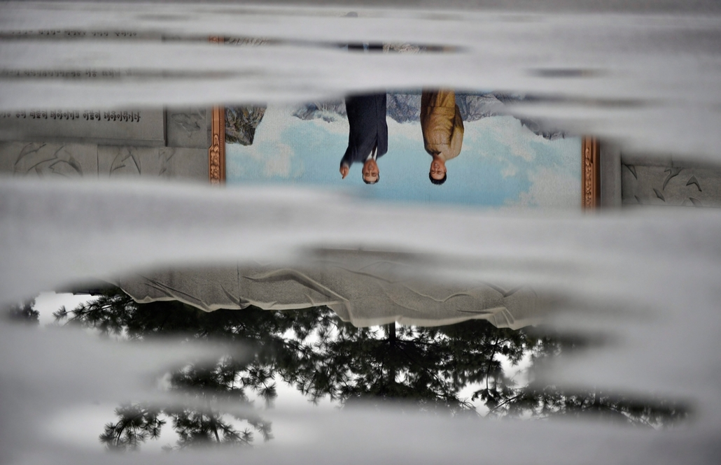 hét képei - mti.16.04.27. - Phenjan:  2016. április 27-én elérhetővé vált képen Kim Ir Szen államalapítónak és fiának, Kim Dzsong Il néhai észak-koreai vezetőnek a szobrai tükröződnek egy pocsolyában az észak-koreai fővárosban, Phenjanban 2016. április 13