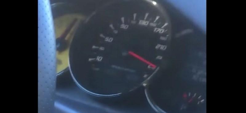 250 km/h-val repesztett a Renault, amikor balról simán megelőzték – videó