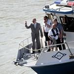 Pintér Sándor hajón érkezett a Hableányhoz