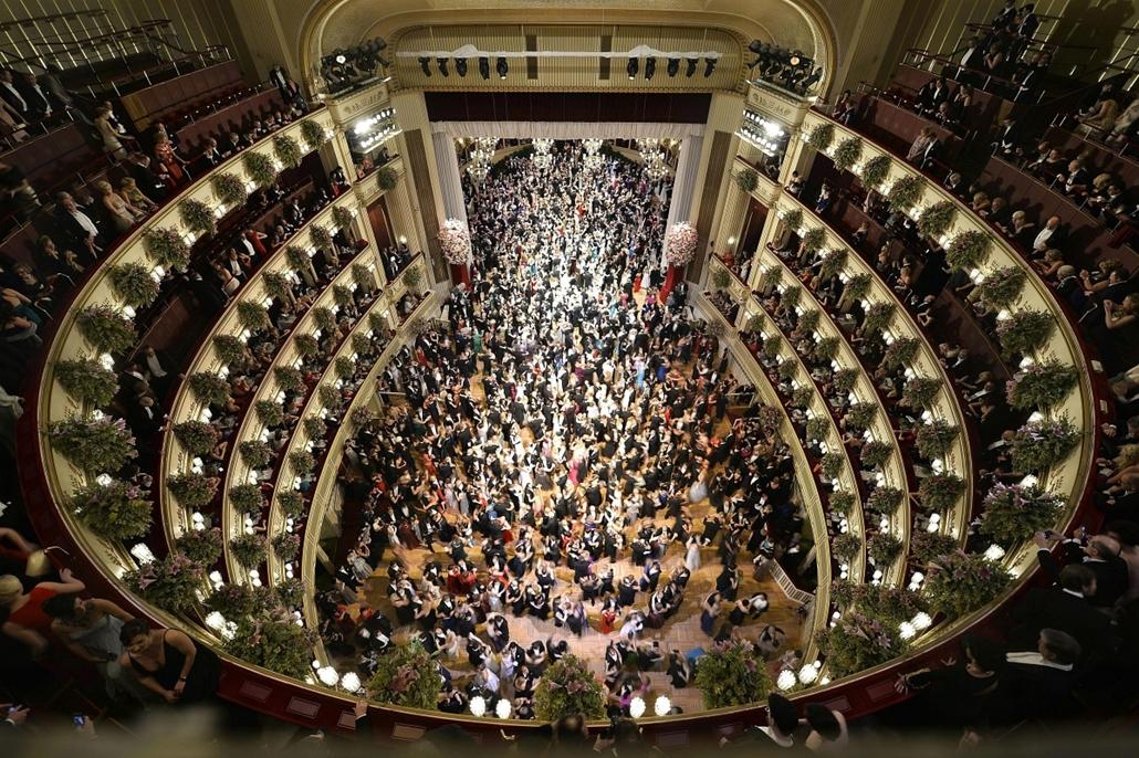 epa. Bécsi Operabál 2015.02.13. Zsúfolásig tele vendéggel a táncterem az 59. bécsi Operabálon a bécsi Állami Operaházban 2015. február 12-én.