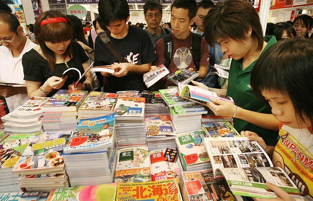 Könyvvásár Hongkongban, melyen több mint 475 kiállító és több ezer látogató vett részt - könyv világnapja nagyítás