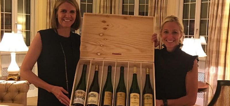 Fotó: Egy láda bort hozott Colleen Bellnek, hogy lenyomtuk az osztrákokat a foci-Eb-n