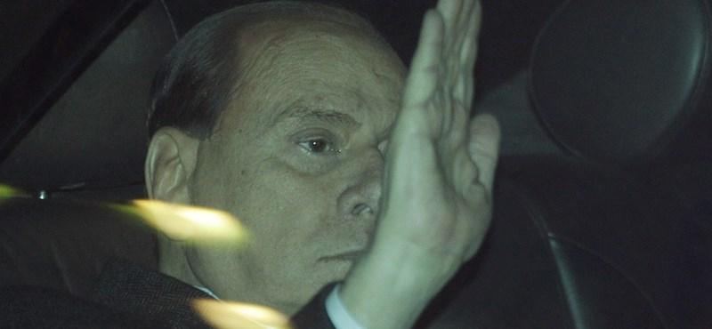 Berlusconi depressziós, a szeretője pedig az ő gyermekét várja