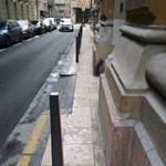 Felújították, és használhatatlanul keskeny járdával adták át a belvárosi utcát