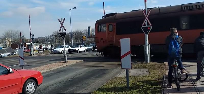 Nyitott sorompónál jött a vonat Győrben – videó