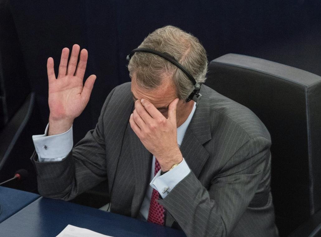 epa.16.07.05. - Nigel Farage brit európai parlamenti képviselõ kézfeltartással szavaz az Európai Parlamentnek a brit EU-tagság megszûnésérõl tartott plenáris ülésén Strasbourgban