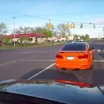 Instant karma: gyorsulási versenyt rendezett két BMW-s, de nem vették észre a mögöttük álló rendőrautót – videó