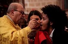 A román ortodox egyház most nem ragaszkodik az ikonok csókolgatásához