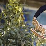 Tűzoltók állították fel az Opera karácsonyfáját – fotók