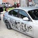 Saját autóját is telefújta uszító feliratokkal, aztán áldozatként nyilatkozott