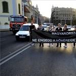 Egészségügyi dolgozók zárták le 18 percre az Erzsébet hidat