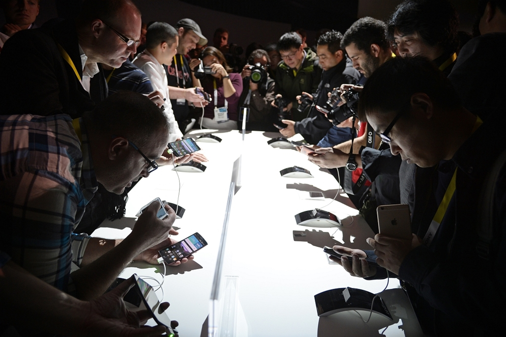 afp. Las Vegas, Egyeüslt Államok, 2015.01.05. Attendees get their first hands-on look at the new LG G Flex2 smart phone, at the LG press conference at 2015 Consumer Electronics Show in Las Vegas Nevada January 5, 2015.