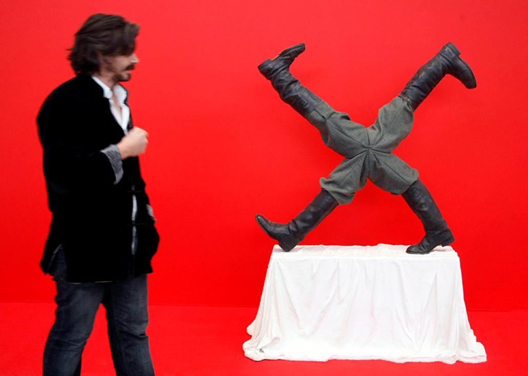 Koen Vanmechelen belga képzőművész nézi az Abszurdisztáni festmény című alkotást, a német Gloria Friedmann művét a kortárs kultúra garázsközpontjában Moszkvában 2009. szeptember 24-én, az október 25-ig látogatható moszkvai kortárs művészeti biennálé nyitónapján.