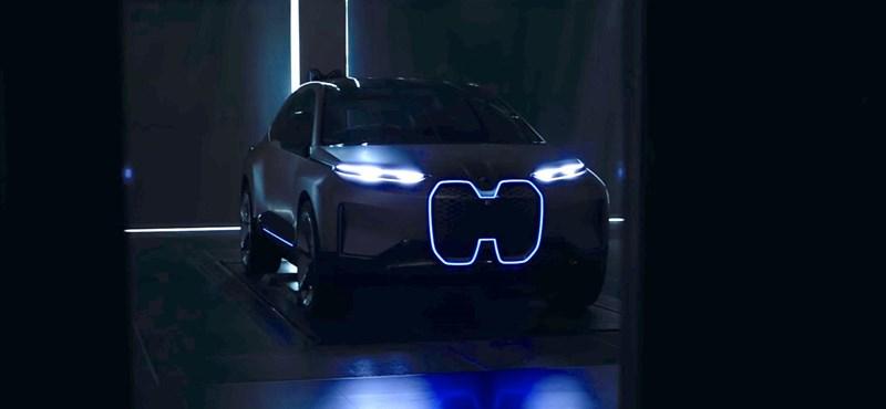 A BMW mutat egy autót 2021-ből – videó
