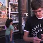 Így verték át a járókelőket az Apple okosórájával