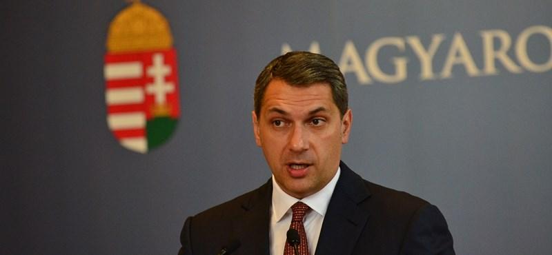 Kormányinfó 54: Lázár: Orbán meccsnézés közben is hoz kormányzati döntéseket