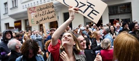 Több százan gyűltek össze ma a Színművészetinél: fotók