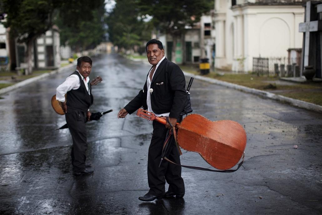 a zene világnapja nagyítás - Guatemala - a Los Tacuazines zenekar távozása egy, a központi temetőben celebrált temetésről.