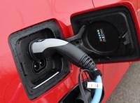 Benzines áramfejlesztő érkezik bajba került villanyautósoknak