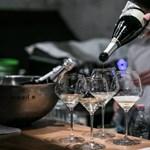 Egyetlen rossz mozdulat és már dőlt is a pezsgőtorony – videó