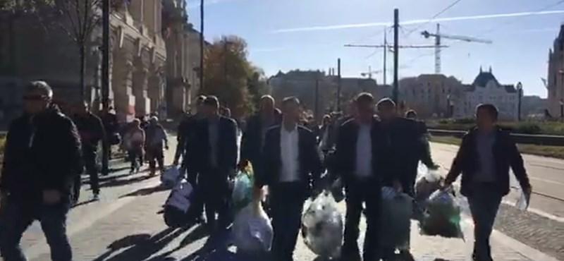 Az MSZP szemetet vitt a Parlament mellé