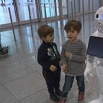 Aggódhatnak a szülők? Robotoknak engedelmeskedtek a gyerekek egy kísérletben
