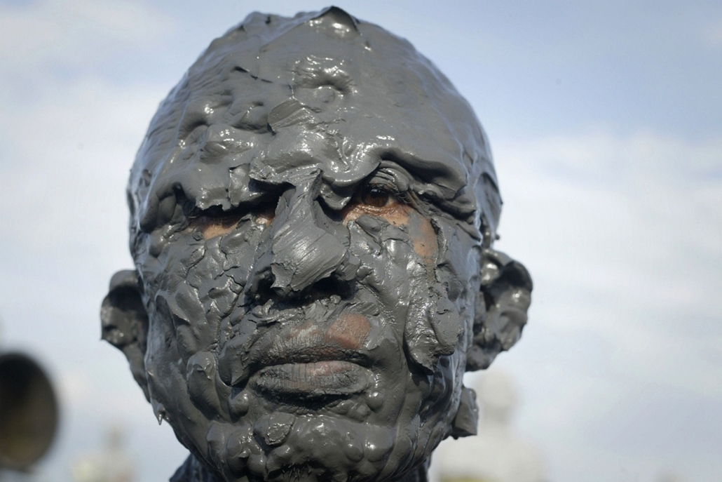 afp. nagyítás - hét képei - 2014.05.29. Sidoarjo, Indonézia - In this photograph taken on May 29, 2014, a resident and victim of the mud volcano disaster is covered in mud during a ceremony marking the eighth anniversary of the disaster in Sidoarjo distri