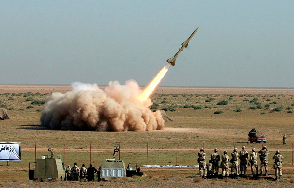 Az iráni Forradalmi Gárda Tondar nevű rakétát lő ki egy hadgyakorlaton a Teherántól mintegy 130 km-re délre fekvő Kom városának közelében. A teheráni vezetés bejelentése szerint Irán sikeres kísérleteket hajtott végre egy földről és egy hajóról indítható rövid hatótávolságú rakétával néhány nappal az után, hogy kiderült: Irán az eddig tudotton kívül egy másik, titkos, föld alatti urándúsító üzemet is épít.