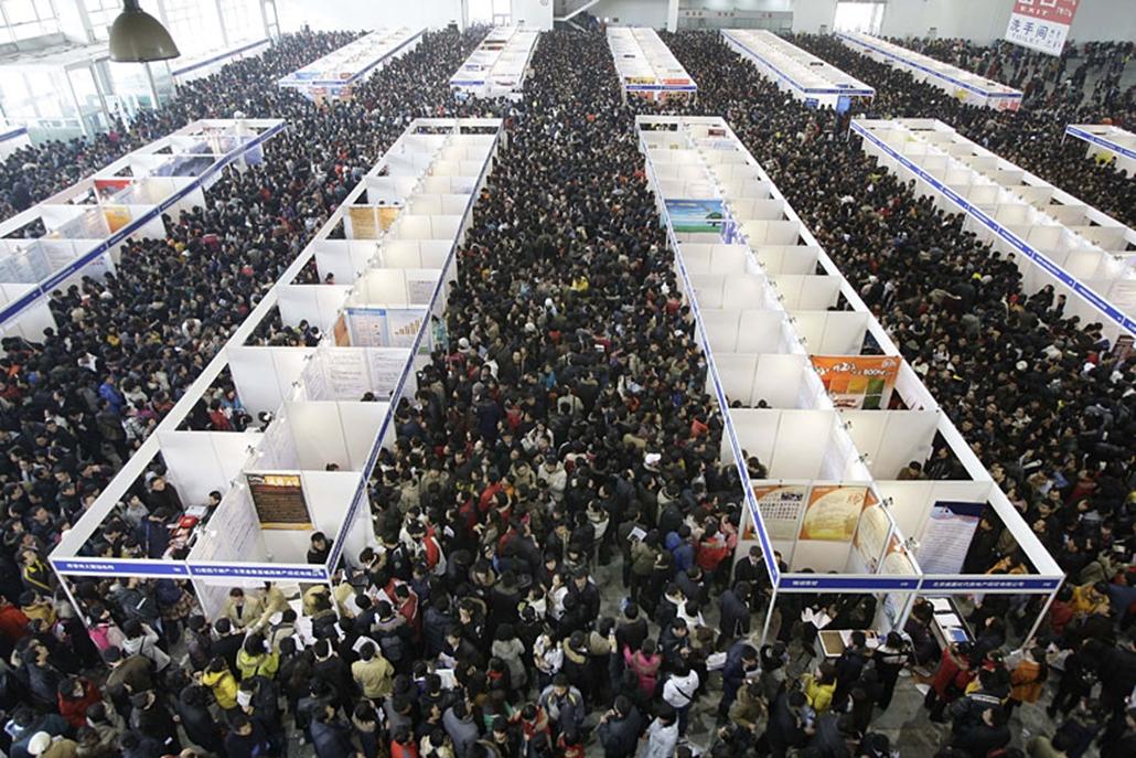 Állásbörze Pekingben. A pénzügyi válság súlyosan érintette a világ legnépesebb országát, ahol tízezreket bocsátottak el a textiliparból. 2009. február.